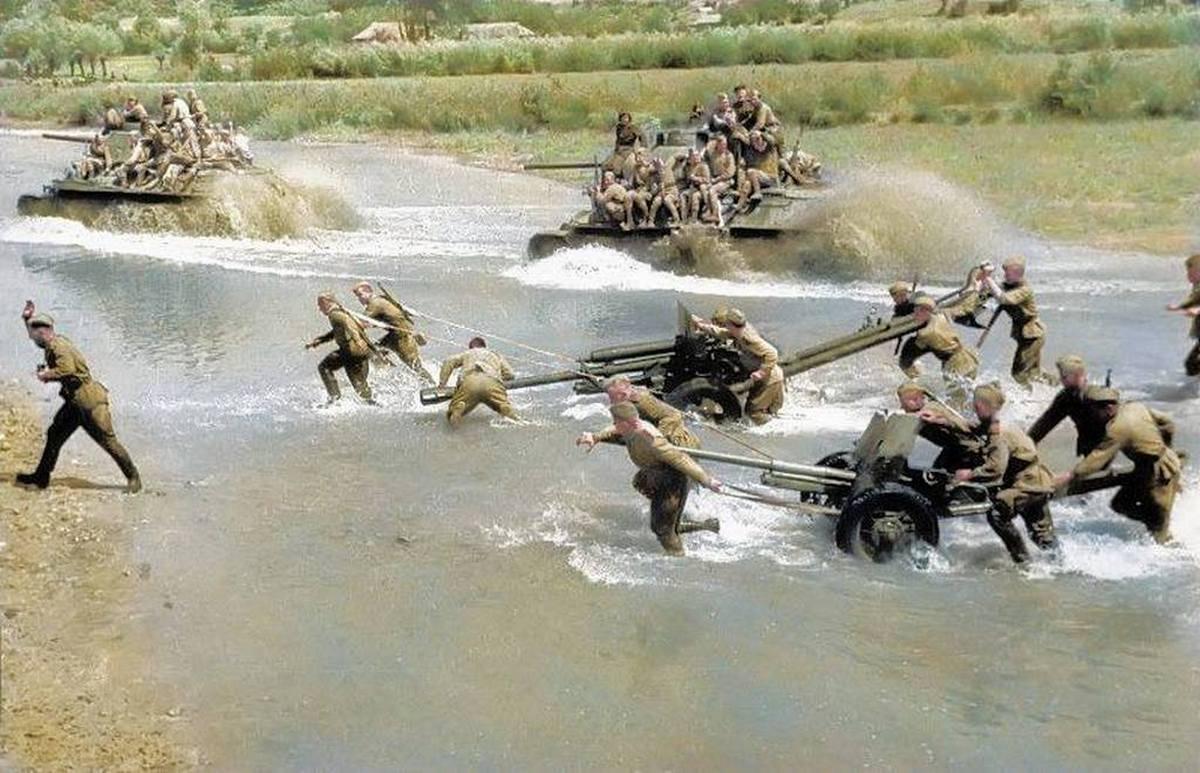1944_nyara_szovjet_csapatok_kelnek_at_egy_vizfolyason_ukrajnaban_t-34-es_harckocsijaikkal_zis-3_es_m-42-es_tankelharito_lovegekkel_szinezte_royston_leonard_uk.jpg