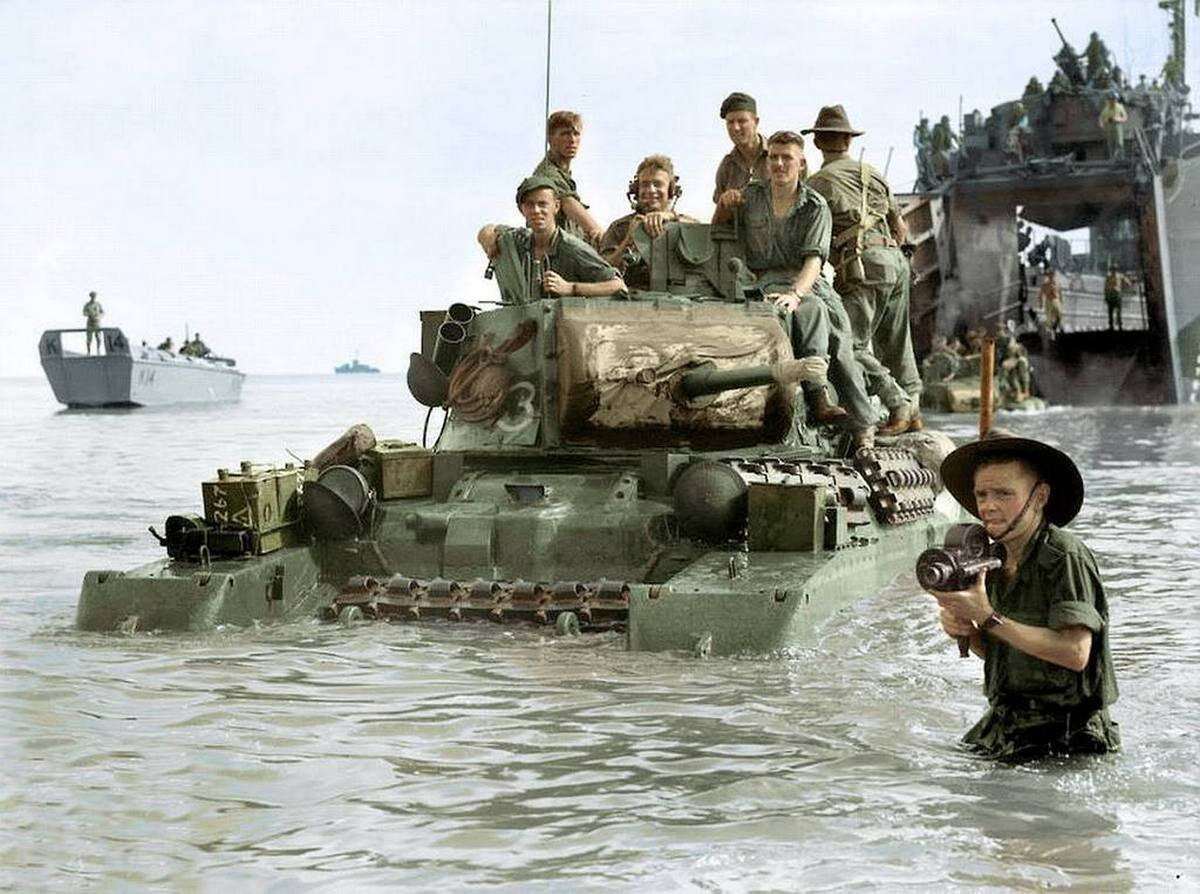 1945_junius_10_ausztral_csapatok_szallnak_partra_egy_matilda_mk_ii_tankkal_labuan_szigeten_borneon_a_csendes-oceani_hadszinteren_joshua_barrett_uk.jpg
