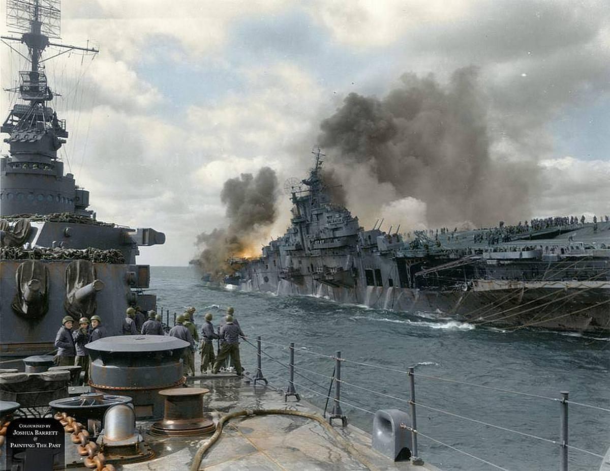 1945_marcius_19_a_uss_santa_fe_cirkalo_kozeliti_meg_a_uss_franklin_repulogephordozot_miutan_azt_japan_bombatalalat_erte_okinawa_kozeleben_szinezte_joshua_barrett_uk.jpg