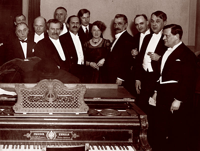 a_csoportkep_a_nyugat_25_eves_jubileuman_keszult_1932_januar_10-en_a_zeneakademian.jpg