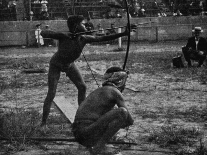 1904. St. Louis. A világkiállítás egyik műsorszáma: A Vadak Olimpiája.