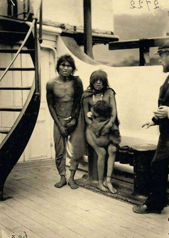 Tűzföldi selknam család egy hajón, útban az 1889-es párizsi világkiállításra.
