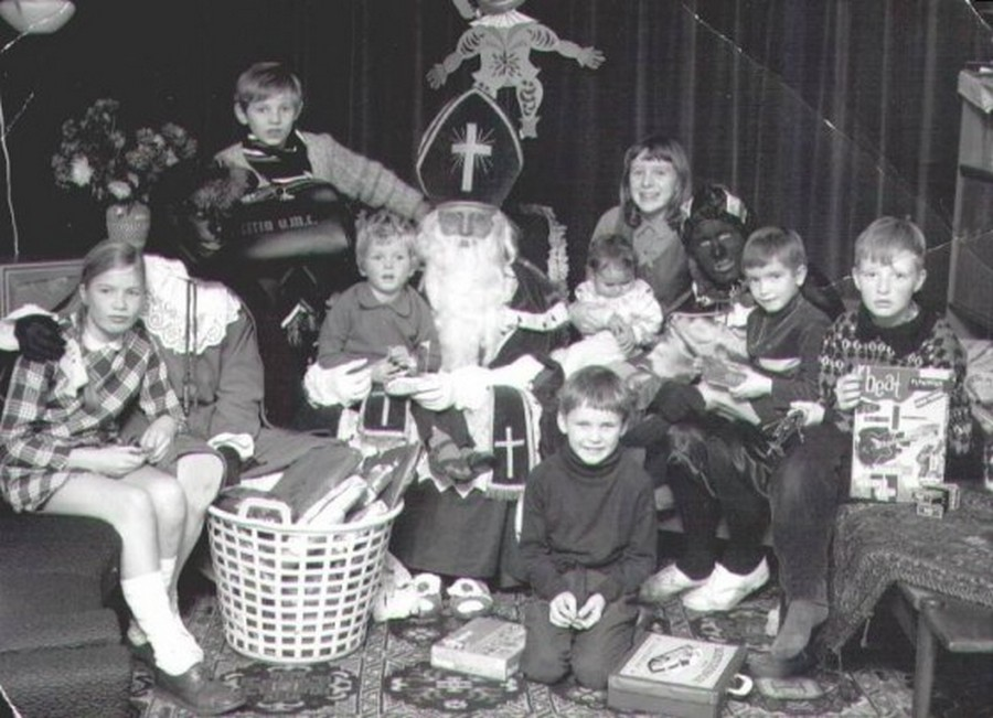 a-family-sinterklaas-in-the-late-1960s-560x405.jpg