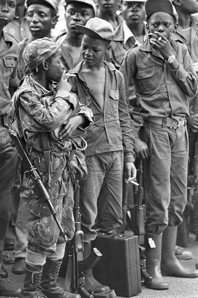 40_amazing_historical_pictures_child_soldiers_taking_a_smoke_break_angola_1976.jpg