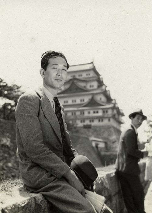 akira_kurosawa_working_as_an_assistant_director_to_mikio_naruse_right_on_his_1937.jpg