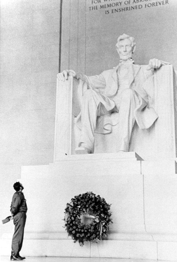 fidel_castro_lays_a_wreath_at_the_lincoln_memorial_1959.jpg
