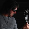 Így kell üvegpoharat törni a hangoddal