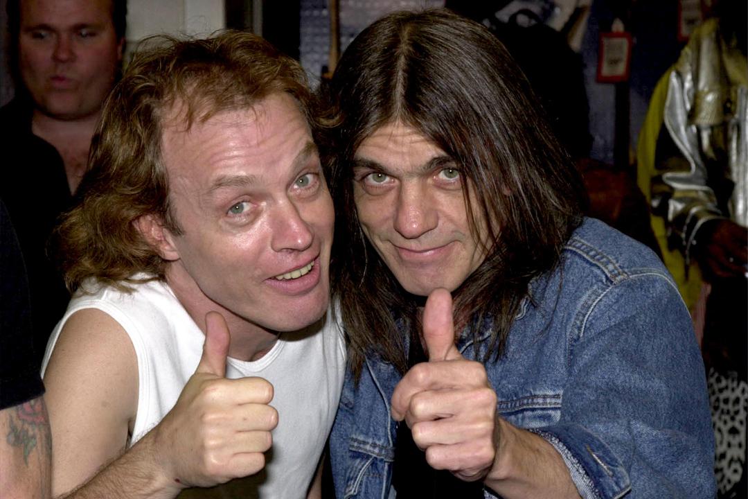 Malcolm és Angus Young (AC/DC)<br /><br />Az AC/DC és a Young név több, mint egy kalap alá vehető téma, hiszen egészen a nagytesó, Malcolm egyre elhatalmasodó demenciáját követő kilépéséig Angus és Malcolm fémjelezte a zenekarban az állandóságot. Malcolmot azóta az unokatesó, Steve helyettesíti, mondhatni, hogy még így is családon belül barad a dolog, de az biztos, hogy az igazán legendás témákat, melyeket mindig is a rockzene igazi klasszikusai között fognak emlegetni, a két tesó pakolta le az asztalra.