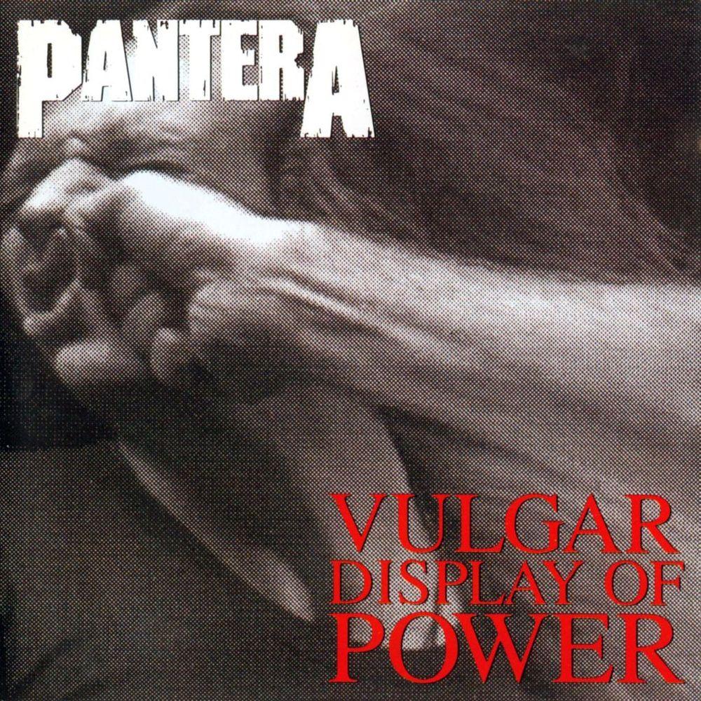 Pantera - Vulgar Display of Power<br /><br />Ha általában a borító a lemez hangulatát hivatott tükrözni, a Vulgar Display Of Power frontja az egy-az-egyben leképezi, mire is kell számítani a korongon/szalagon. Csak néhány cím: Walk, Fucking Hostile, A New Level, This Love. Reméljük, senkinek nem kell magyarázni.