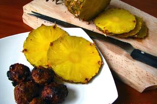 Svéd áfonyás húsgombóc sókéregben sült ananásszal