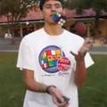 Rubik Kocka kirakása, zsonglőrködés közben!