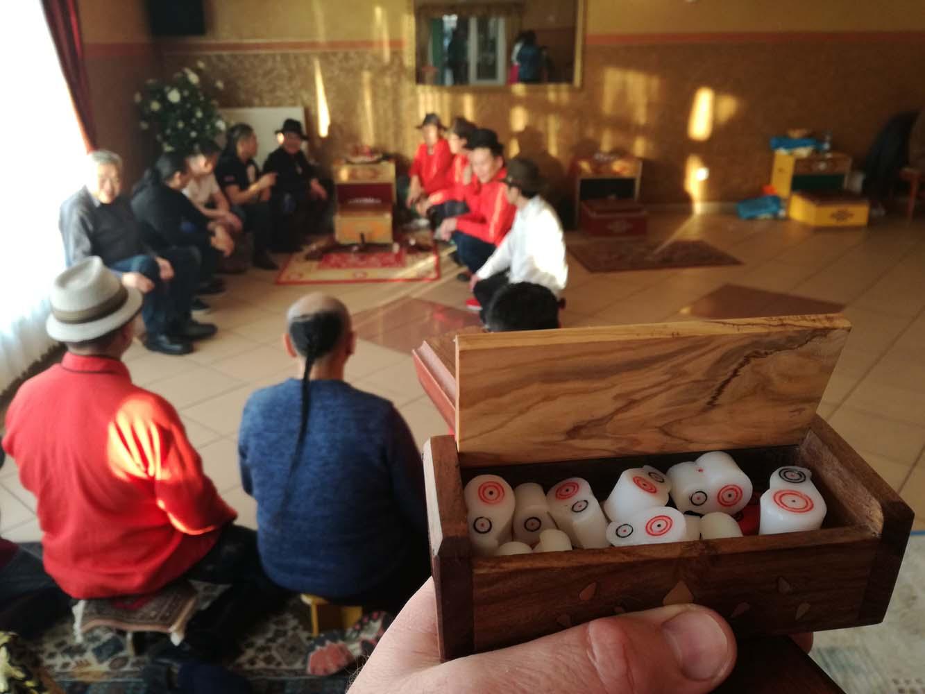 A dobozban a magyar sagaj csapat számára ajándékba kapott célbábúk