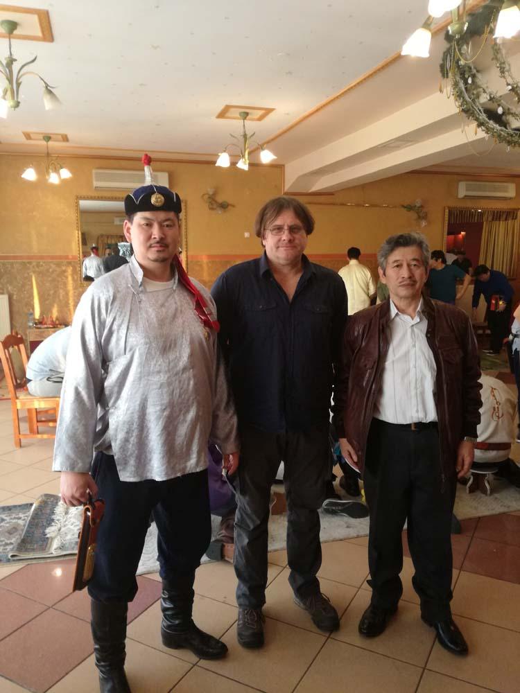 A képen bal oldalt Baatarbat Batsukh, az Európai Mongol Sagaj Szövetség vezetője