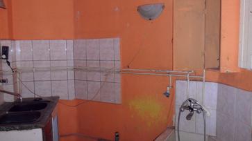 Lepukkant önkormányzati lakásból kialakított minigarzon Budapesten