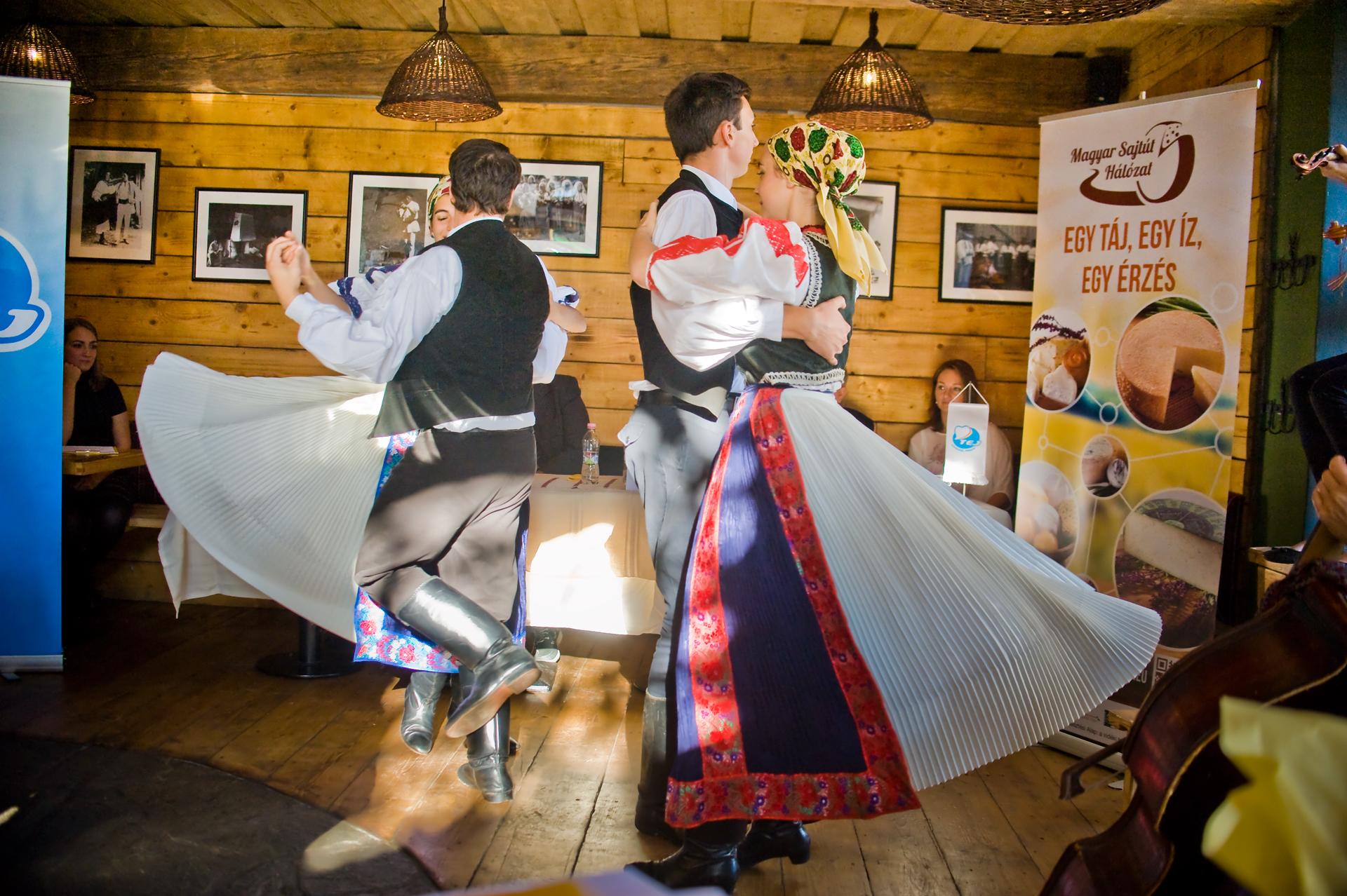 A fellépők a Cédrus Táncegyüttes táncosai voltak, akik Kalotaszegi legényest, csárdást és szaporát táncoltak viseletben.