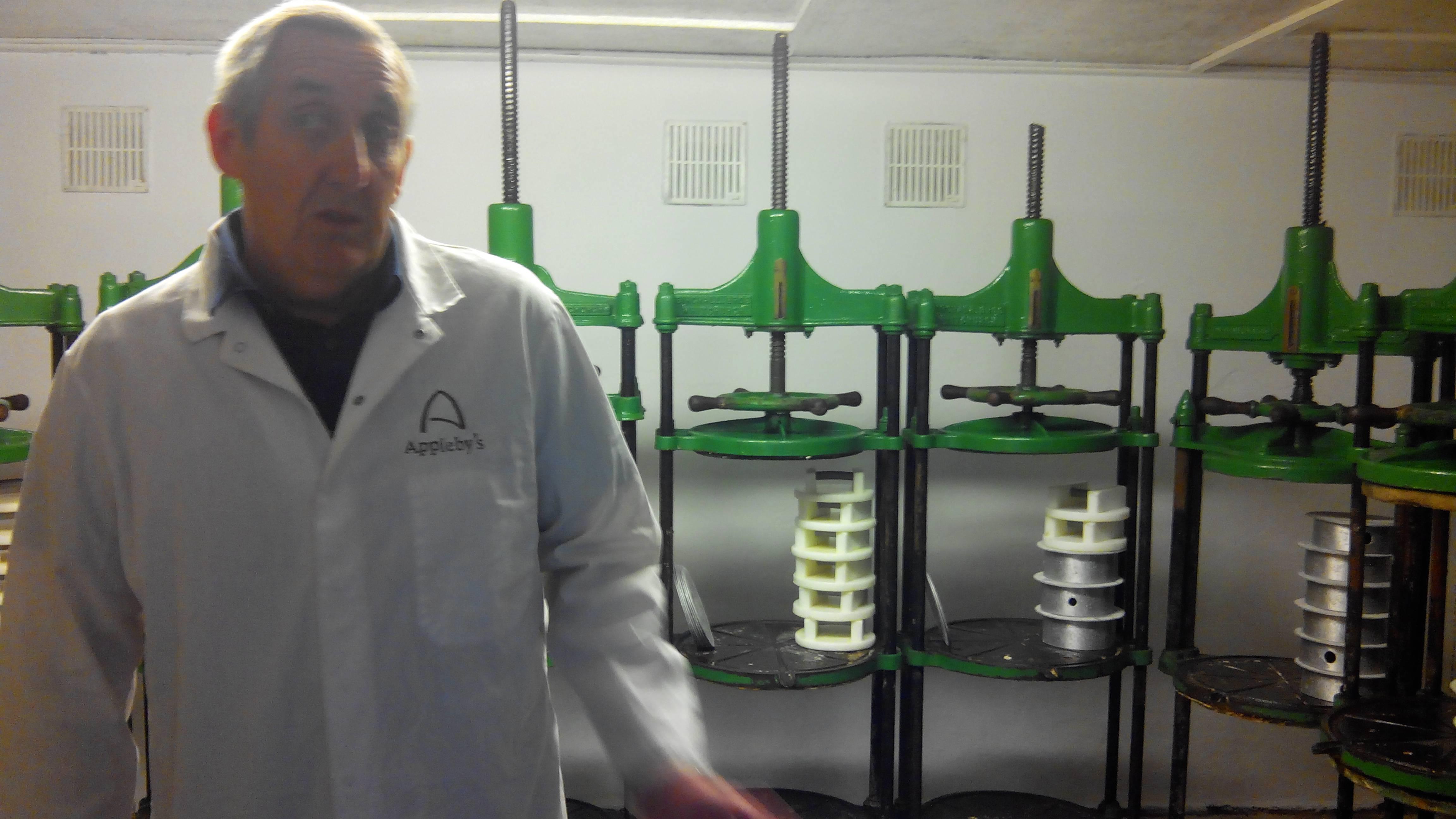 A keménykezű sajtkészítő mester