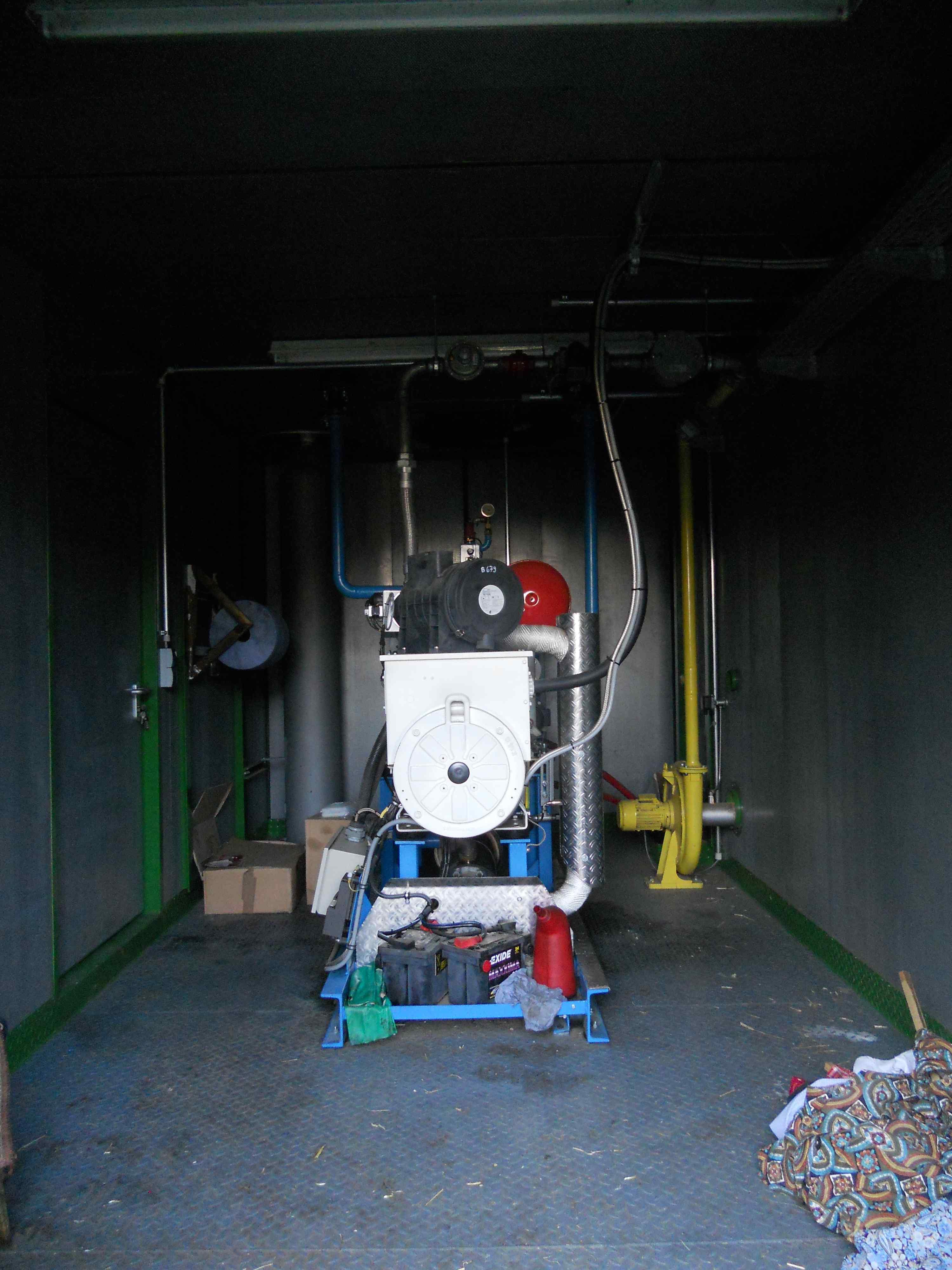 saját generátor, az év nagy részében többet termelnek áramból és gázból mint amit használnak