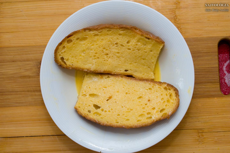 A tojásokkal a kenyeret teljesen átitatjuk. Sajnos a bundáskenyérnek is vannak igénytelen változatai, minimális tojással, nagy mennyiségű olajjal sütve - hát ez ne legyen olyan!
