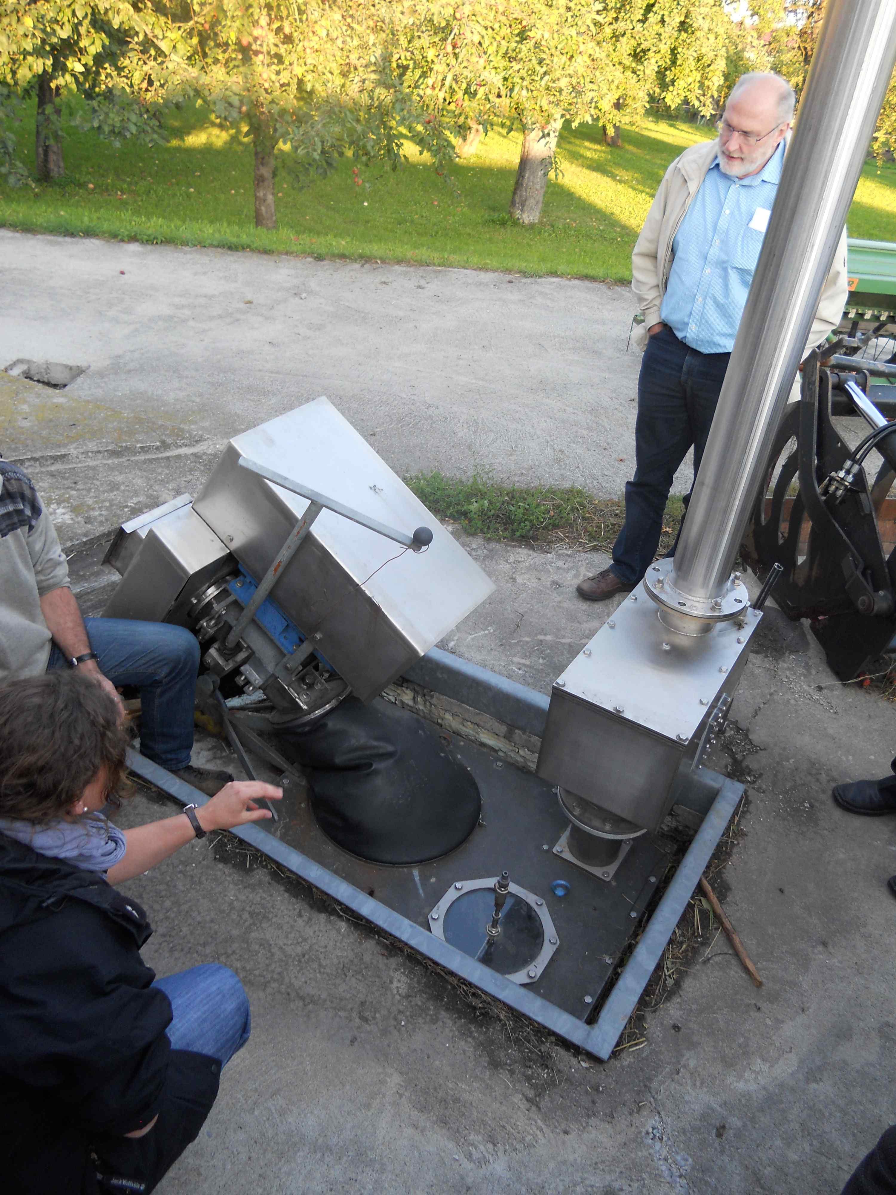 hígtrágya gyűjtő, keverő, biogáz termelő egység