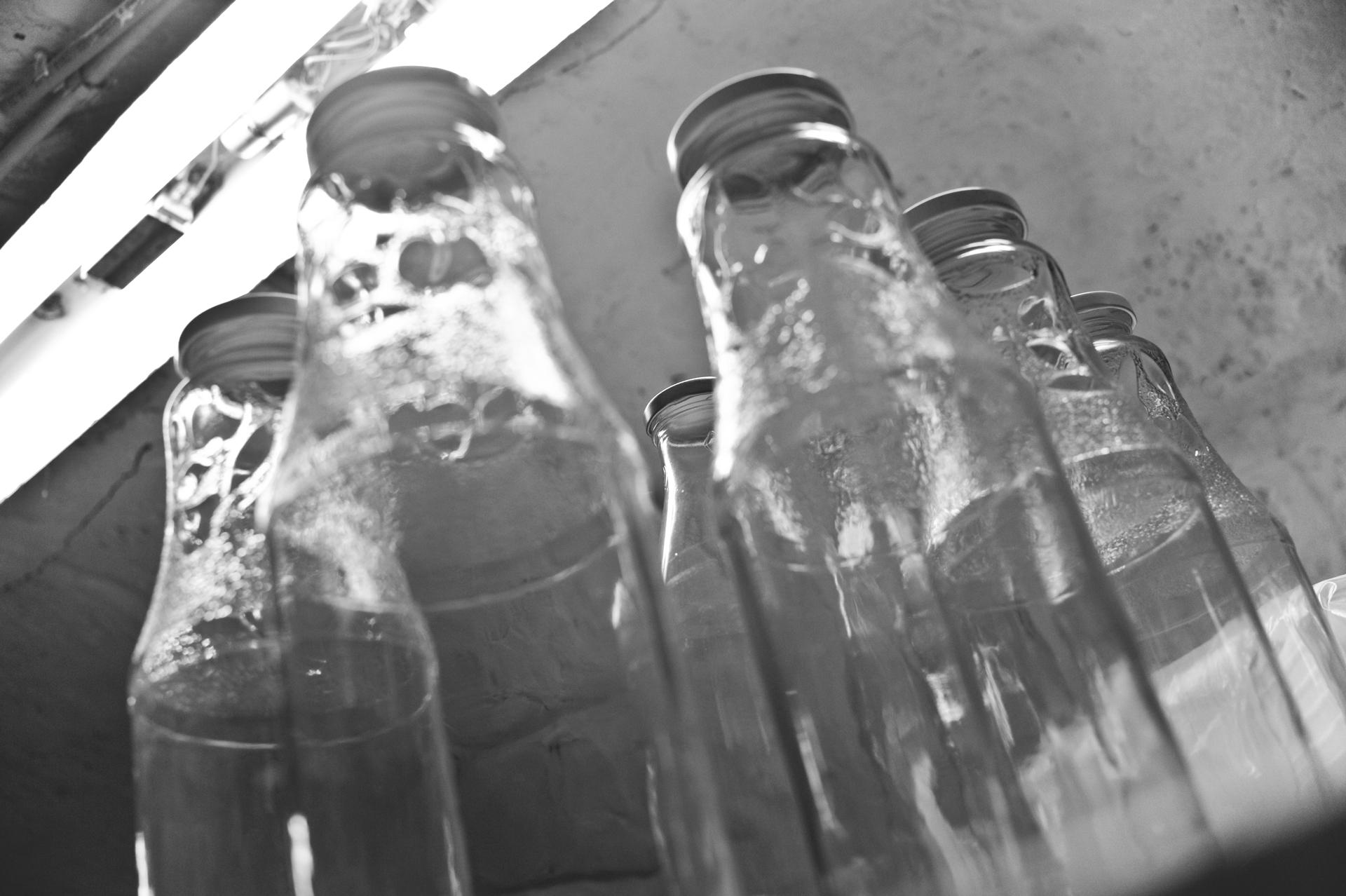 Tej és joghurt töltésre váró üvegek...