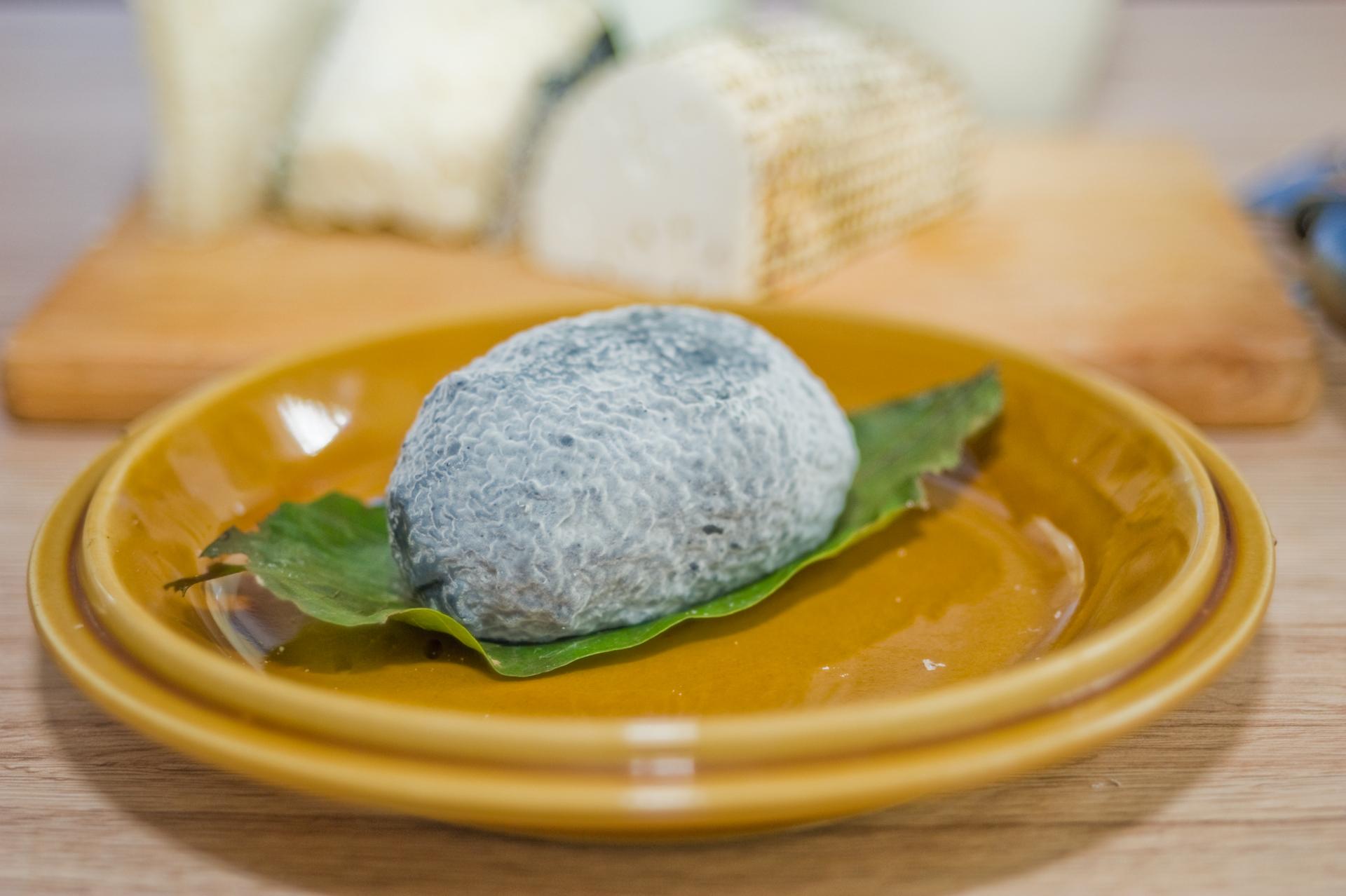 Vakond: szénpor bevonatú, nemespenésszel érő lágy sajt diófa levéllel csomagolva