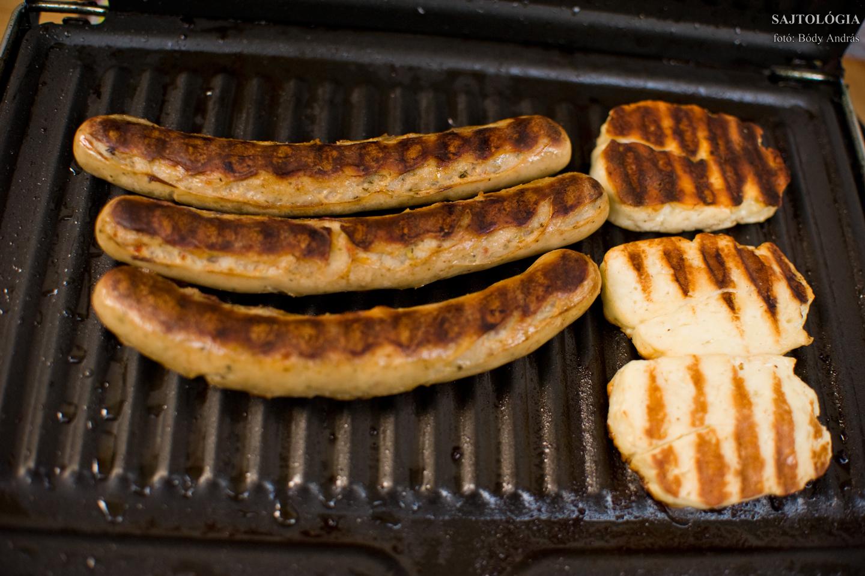 Terasz grillparti kolbásszal és sajtokkal.