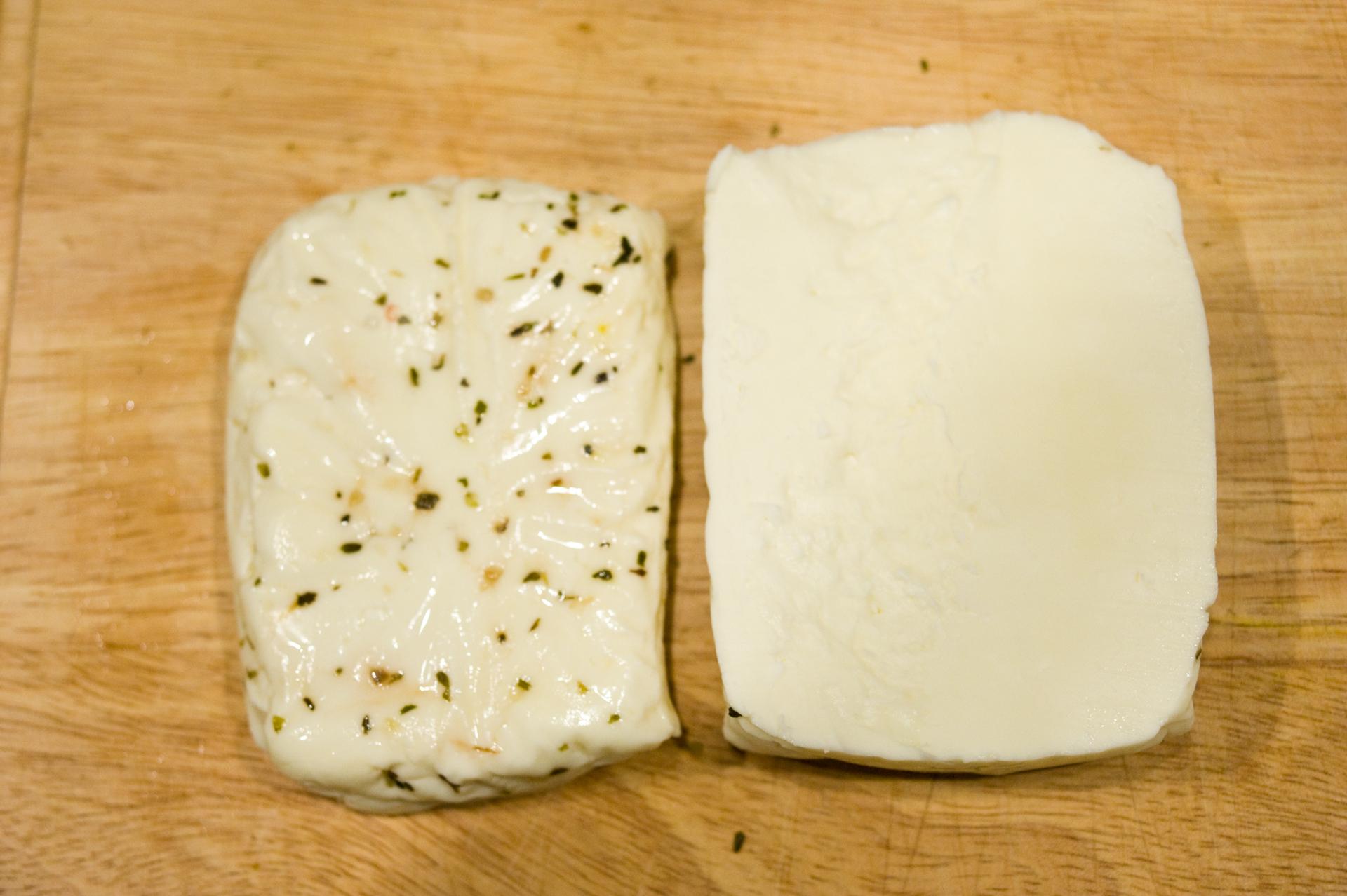 Fűszeres és natúr grill sajtok.