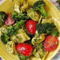 Tortellini saláta brokkolival és pesztóval