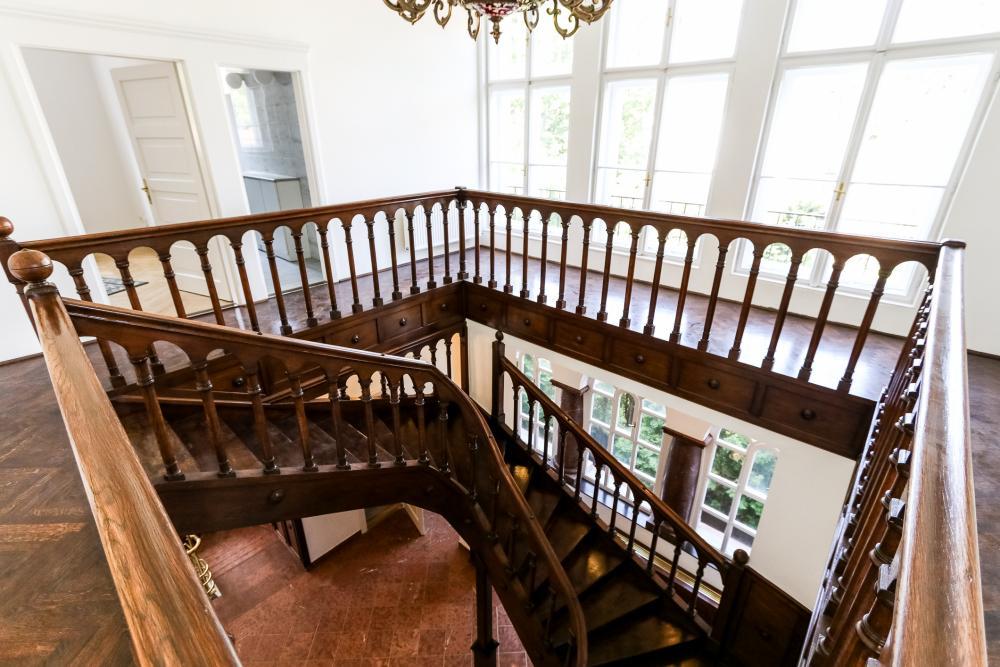 650 nm-es 12. kerületi villa, melynek ára: €1,847,130<br />Forrás: http://www.catherinedickensproperties.com/luxury-sales/9-bedrooms-apartment-for-sale-in-budapest-xii-gaal-jozsef-u-sale-75778