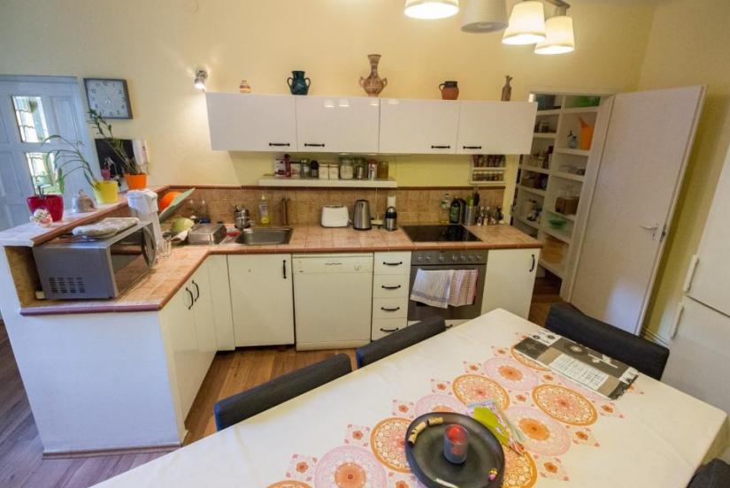 40 millió forintért (vagyis 487805 Ft/nm-ért) eladó a 9. kerületi Lónyay utcában ez az igényesen kialakított, az elmúlt években felújított, tehermentes 82 nm-es lakás.Kép forrása: http://www.budapestingatlan.info/property-details/75894