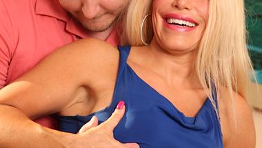 Szőke szexi milf + Fiatal társaság