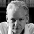Julian Assange SF-témájú profillal csajozott