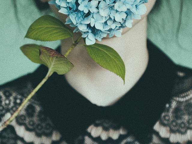 Költészet és szirmok Anna O. fotóin