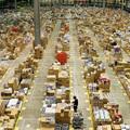 A polcok mennek az emberekhez az Amazon okosraktárában