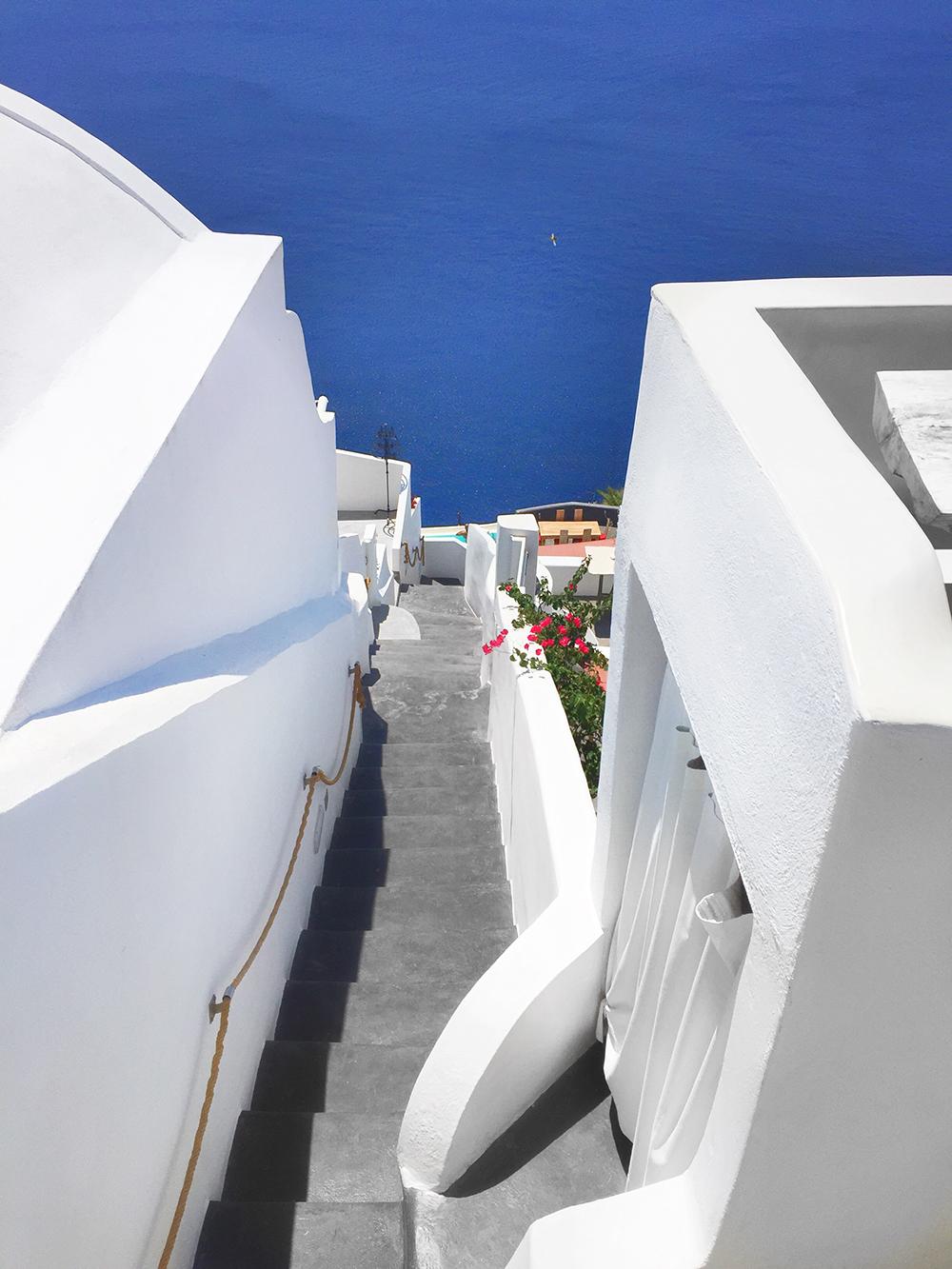 santorini_white_blue_greece_cliffside_gorog_nyaralas_feher_hazak_meseorszag_1.jpg