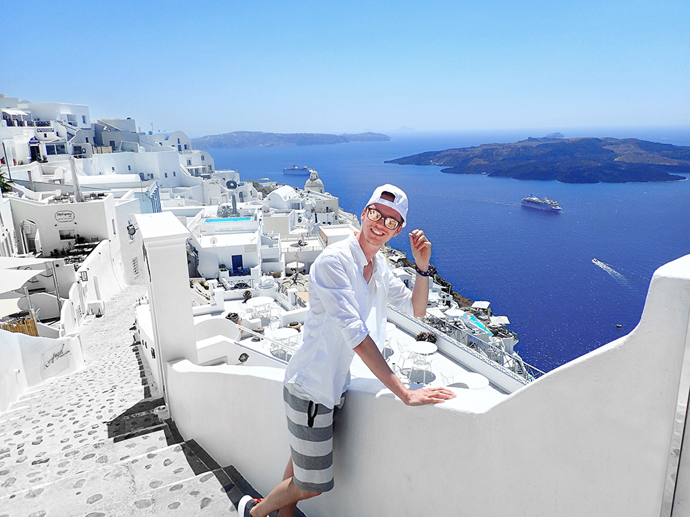 santorini_white_blue_greece_cliffside_gorog_nyaralas_feher_hazak_meseorszag_3.png