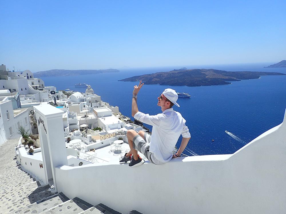 santorini_white_blue_greece_cliffside_gorog_nyaralas_feher_hazak_meseorszag_6.png