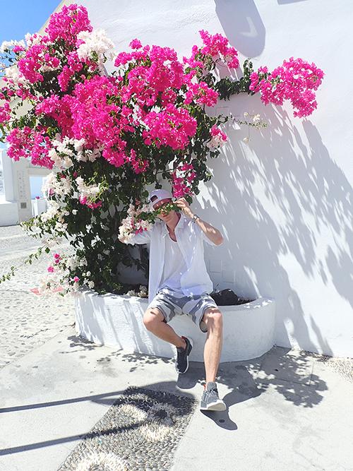 santorini_white_blue_greece_cliffside_gorog_nyaralas_feher_hazak_meseorszag_pink_flower_rozsaszin_virag.png