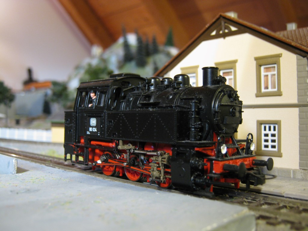 Ez a mozdony egy kezdőkészletből van, így az oldalán cserélni lehet a pályaszámot. Elég sokféle változat van, aminek egy része valószínűleg a fantázia szüleménye. A magyar változat mindenesetre biztosan az.