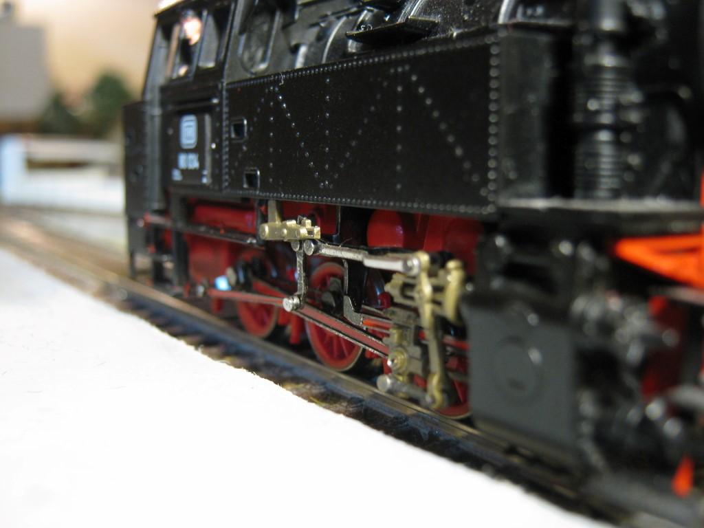 A kezdőkészletes mozdonyokat egy eléggé lecsupaszított rudazattal szerelik. A komolyabb változatot pótalkatrészként is meg lehet rendelni, szerintem megéri a szokásosan borsos ár ellenére is.