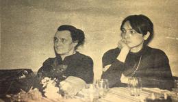 Illyés Gyula felesége, Flóra asszony és nagylánya, Ika, a baráti beszélgetésen.