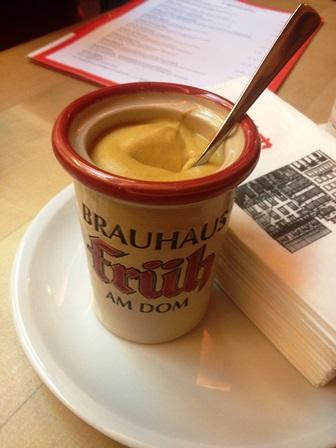 Mustár és hamarosan jön a Der Halve Hahn - nem csirke, rozskenyér Gouda sajttal