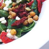 Spenót és csicseriborsó saláta szárított paradicsomos öntettel