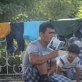 A Magyarországra tartó útvonalon is oszt útikönyvet a Soroshoz köthető szervezet
