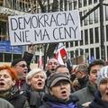 Karácsonyi ajándék Brüsszelből: durva kettős mérce a lengyelekkel szemben