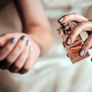 Hova fújjam a parfümöt, hogy hosszan tartson?