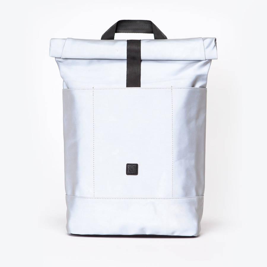A minimál vonalak rajongói biztosan felkapják a fejüket erre a rajtett zsebekkel rendelkező táskára. A dizájn mellett persze a praktikum is szerepet kap, hiszen a 3 külső zseb ideálissá teszi bringásoknak, belül laptop tartót találunk, és bármennyire megpakolhatjuk a 20 literes batyut, a párnázott kialakításnak köszönhetően kényelmes marad.<br /><a href='https://www.mybrands.hu/ucon-acrobatics-satellite-ezust-hajo-hatizsak-2892' target='_blank' rel='noopener noreferrer'>UCON ACROBATICS SATELLITE EZÜST HAJÓ HÁTIZSÁK</a></p>