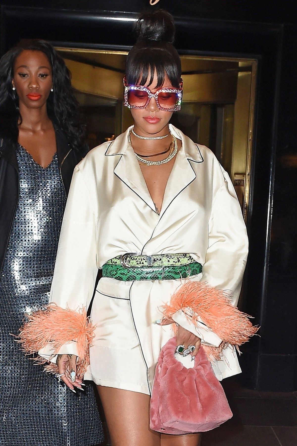 Nem is Rihanna lenne, ha nem került volna némi marabutoll a szettbe
