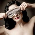 Dita Von Teese szemmaszkkal jótékonykodik