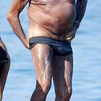 Roberto Cavalli strandol és feneket villant
